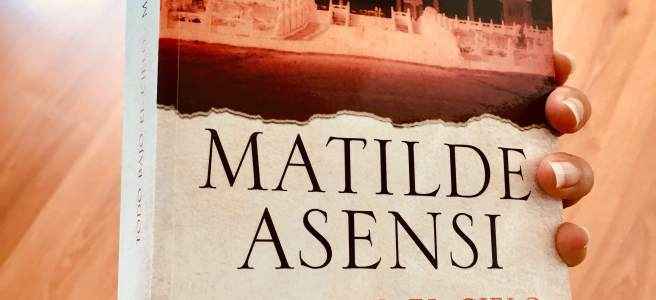 """Portada del libro """"Todo bajo el cielo"""" de Matilde Asensi. (Foto: Sandra Ramírez Checnes)"""